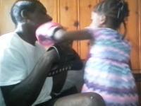5歳の娘にボクシングを教えていたお父さんがノックアウトされるwww強いwww