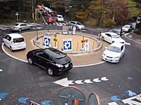 信号のない丸い交差点「ラウンドアバウト」が日本にも登場。こんなの必要か??