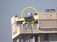 シリア政府軍の建物を攻撃していたら移動する不思議な兵器がでてきた動画。
