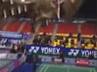 バトミントンの試合でスタジアムが崩壊・・・。屋根がごっそり崩れ落ちてくる瞬間。
