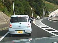 煽っていたデミオがクラウンの運転手に襲われる動画。振り切って逃走あぶねえ。