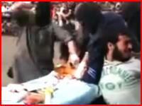 イスラム国が広場に人を集めて男性の指を切り落とす。公開処刑(身体の切断)