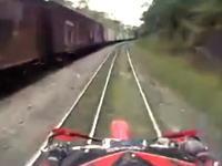 オフロードバイクで線路ツーリングしていたらカーブの向こうから電車がやってきた。
