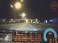 高速道路で最高速チャレンジしていたGT-Rのタイヤが時速327キロでバーストする瞬間。