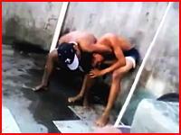 喧嘩相手の首を絞めて窒息死させるショッキングな映像。最後痙攣しているのに。