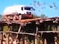 その道しかなかったのか?木製のボロボロの橋を渡ろうとしたタンクローリーがw