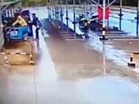 バイクの急加速問題?駐輪場でサイドカーが暴走して大変な事になっている動画。