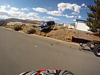 何をしたんだ?オフロードバイクが四輪車に激しく追いかけられる動画www