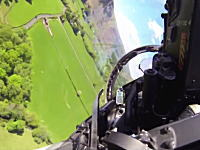 渓谷地帯を低空飛行するユーロファイタータイフーンのコクピットから。Mach Loop