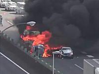 怖すぎ。名神高速で渋滞の車列にトラックが突っ込む瞬間の映像がヤバすぎる。