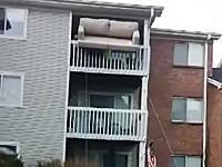 絶対やらかすと思ったのに。3階の部屋から大きなソファーを下ろす方法がwww