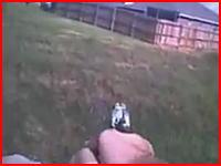 警官が無抵抗の小型犬2匹を射殺したとする証拠映像が公開され問題になる。