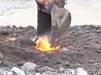掘ると燃える不思議な土地。ショベルで砂を掘り起こすと炎がボッボッ!なんぞ?