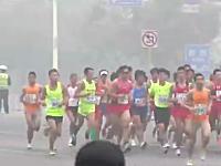 最悪レベルの大気汚染のなか結構された北京国際マラソンwwwマスクして走るw