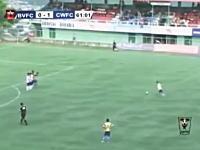 サッカーでゴールを決めた選手が喜びのあまり命を落としてしまう。その動画。