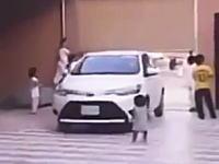 駐車場の悲劇。小さな女の子が帰ってきた車にゆっくりと轢かれてしまう衝撃映像。