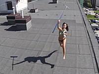 空撮しようとドローンを飛ばしたらマンションの屋上で日焼けしてるトップレスギャルがいたw