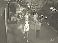 容赦ない男たち。21歳の女性を3人がかりで襲ってカバンを奪う。怖すぎ。