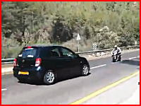 カーブを攻めていた走り屋のバイクが車と正面衝突してしまう瞬間。一瞬動画。