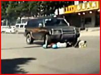 停止してればただの事故で済んだのに。極悪SUVドライバーにより一名が殺される。