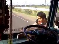 何してんのwww運転中に運転席を離れて一周するトラック運転手。凄いのか?w