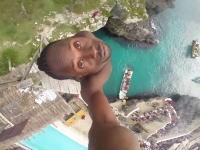 崖飛込みのさらに上。約30メートルの高さから海に飛び込む男のGoPro動画。玉ひゅん。