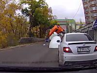 えええ?これはひどロシア。ロシアでは車が道路に飲みこまれる事があるらしい。
