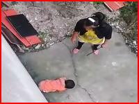 棒で叩き頭を蹴り。母親が2歳の女の子を虐待している映像。母親失格逮捕されて。
