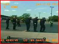 8人の警官がまだ距離のある相手に対して一斉射撃。46発もの銃弾を撃ち込む。