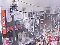 東京で消火活動中に壁が崩壊して消防士たちが下敷きに。その瞬間の映像。