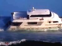 ビーチで座礁してしまった高そうなモーターヨットの映像と5日放置された後の姿w