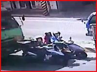 スクーターの人どうなった(((゚Д゚)))トラックの追突事故で間に挟まれたスクーター