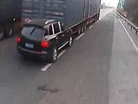 気付かないものなのか。中国で後部に車がぶっ刺さったまま走り続けるトラックが撮影される