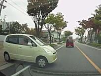 威嚇運転。譲ってないのにこっちが止まらないと衝突する勢いで飛び出してくる軽自動車。