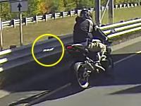 ファッ!?走行中に外れたナンバープレートが後続のバイクに刺さる(((゚Д゚)))