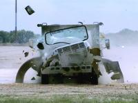 強いwww世界最強の車止めガードができた動画。時速80キロでトラックが突っ込んでもびくともしない。