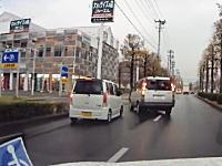 どんな運転してんだ。右車線から左の店舗に無理やり入ろうとした車が事故った動画