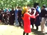 結婚式の祝砲?で目の前の男性をマシンガンで撃ってしまう悲惨なビデオ。イラク。