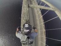 これは登りたくなるかもしれない。橋のアーチの上をバイクで渡ってみた動画。
