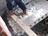 危ない解体作業。自分が壊そうとしている足場に乗ってたらそうなるだろ(´・_・`)