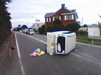 痛いドライブレコーダー。日本の交通事故映像集。DKが軽バンにぶっ飛ばされる。