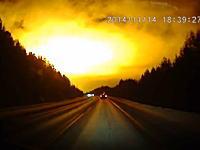 隕石の爆発?ロシアで撮影された夜空を照らす謎の閃光の映像が話題に。