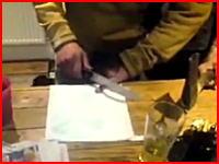 酔って?包丁で自分の小指を切断する男の映像。なぜこれ笑えるん?(´°_°`)