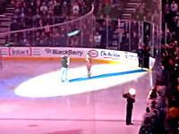 カナダの観客たちがアメリカの国歌を歌う!?国歌の途中でマイクが故障。そんな時・・・。