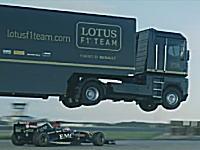 大ジャンプしたトランポ(トラック)の下をF1マシンが潜り抜ける!EMC+ロータスF1