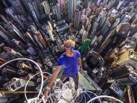 コワイコワイ動画。命綱無しで超高層ビルのてっぺんの狭いほっそい所に立つ男たち
