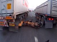 奇跡的に死を免れたスクーター。もう少しでトラックに頭を潰される所だった(((゚Д゚)))