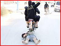 イスラム国が捉えたシリアの兵士を暴行して殺害し、遺体をバイクで引き回し。