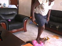食事を吐き戻してしまった赤ちゃんに暴行する極悪なベビーシッターが撮影される
