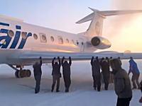 なんという過酷な国www飛行機が凍結して立ち往生したのを乗客たちが押して動かすww